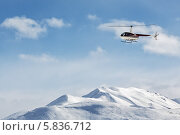 Купить «Полет вертолета Robinson R44 Astra в горах», фото № 5836712, снято 9 марта 2014 г. (c) А. А. Пирагис / Фотобанк Лори