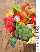 Купить «Натюрморт из свежих овощей на деревянном столе», фото № 5841400, снято 1 октября 2013 г. (c) Iordache Magdalena / Фотобанк Лори