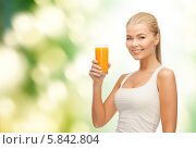 Купить «Привлекательная блондинка держит в руках стакан свежевыжатого сока», фото № 5842804, снято 23 марта 2013 г. (c) Syda Productions / Фотобанк Лори