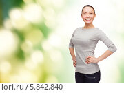 Купить «Стройная девушка в повседневной одежде стоит, скрестив руки», фото № 5842840, снято 8 декабря 2013 г. (c) Syda Productions / Фотобанк Лори