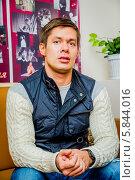 Стас Пьеха даёт интервью журналистам в Драматическом театре города Пензы перед концертом на фоне плаката (2012 год). Редакционное фото, фотограф Андрей Малышкин / Фотобанк Лори