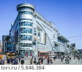 """Купить «Здание торгового центра """"Европейский"""" около Киевского вокзала», эксклюзивное фото № 5846384, снято 25 апреля 2014 г. (c) Виктор Тараканов / Фотобанк Лори"""