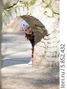 Девочка выглядывает из каменной арки. Стоковое фото, фотограф Евгений Андреев / Фотобанк Лори