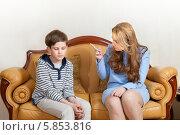Мама ругает сына- школьника, сидя на диване. Стоковое фото, фотограф Юлия Кузнецова / Фотобанк Лори