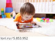 Купить «Мальчик смотрит мультфильмы на планшетном компьютере», фото № 5853952, снято 29 апреля 2014 г. (c) ivolodina / Фотобанк Лори