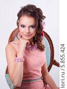 Привлекательная девушка в розовом платье сидит на стуле. Стоковое фото, фотограф Евгения Семенова / Фотобанк Лори