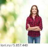 Купить «Привлекательная девушка в клетчатой рубашке стоит, скрестив руки», фото № 5857440, снято 26 февраля 2014 г. (c) Syda Productions / Фотобанк Лори