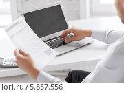 Купить «Бизнесмен работает в офисе с компьютером», фото № 5857556, снято 9 июня 2013 г. (c) Syda Productions / Фотобанк Лори