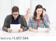 Купить «Студенты смотрят на результаты тестирования», фото № 5857584, снято 2 ноября 2013 г. (c) Syda Productions / Фотобанк Лори