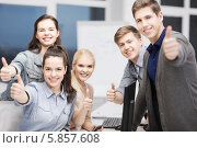Купить «Учащиеся в аудитории все вместе показывают жест одобрения - большой палец поднят вверх», фото № 5857608, снято 2 ноября 2013 г. (c) Syda Productions / Фотобанк Лори