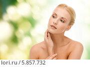 Купить «Привлекательная женщина с нежной ухоженной кожей дотрагивается рукой до лица», фото № 5857732, снято 9 марта 2013 г. (c) Syda Productions / Фотобанк Лори
