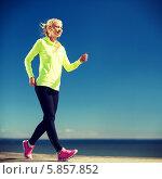 Купить «Стройная девушка занимается спортивной ходьбой на набережной», фото № 5857852, снято 19 июня 2013 г. (c) Syda Productions / Фотобанк Лори