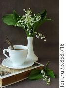 Натюрморт с книгой , чашкой кофе и букетом ландышей. Стоковое фото, фотограф Шуба Виктория / Фотобанк Лори