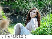 Девушка сидит в траве в весеннем саду. Стоковое фото, фотограф Николай Тоцкий / Фотобанк Лори