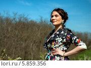 Купить «Красивая молодая брюнетка в пестром платье на открытом воздухе», фото № 5859356, снято 26 апреля 2014 г. (c) Николай Тоцкий / Фотобанк Лори