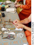 Купить «Народные промыслы. Мастерицы показывают процесс создания традиционных кукол - оберегов», фото № 5859820, снято 25 июля 2013 г. (c) Валерия Попова / Фотобанк Лори