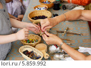 Купить «Народные промыслы. Мастерицы показывают, как делать традиционные куклы-обереги», фото № 5859992, снято 25 июля 2013 г. (c) Валерия Попова / Фотобанк Лори