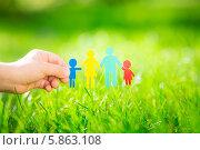 Ребенок держит семью бумажных человечков на летнем лугу. Стоковое фото, фотограф yarruta / Фотобанк Лори
