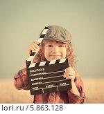 Счастливая девочка с кино-хлопушкой. Стоковое фото, фотограф yarruta / Фотобанк Лори