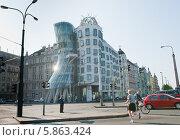 Купить «Знаменитый Танцующий дом в Праге. Чехия», фото № 5863424, снято 23 апреля 2014 г. (c) Екатерина Овсянникова / Фотобанк Лори