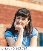 Купить «Женщина облокотилась подбородком на ладонь», эксклюзивное фото № 5863724, снято 20 апреля 2014 г. (c) Игорь Низов / Фотобанк Лори