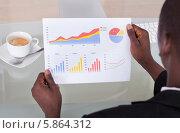 Купить «бизнесмен анализирует статистику», фото № 5864312, снято 7 декабря 2013 г. (c) Андрей Попов / Фотобанк Лори