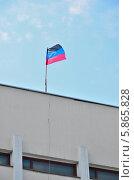 Купить «Флаг «Донецкой народной республики» на крыше горсовета г. Мариуполя», фото № 5865828, снято 21 февраля 2020 г. (c) Евгений Струков / Фотобанк Лори