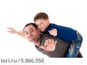 Купить «Счастливый папа и сын летают», фото № 5866556, снято 19 апреля 2014 г. (c) Quadshock / Фотобанк Лори