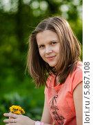 Купить «Симпатичная девочка с букетом одуванчиков в руках на фоне леса», эксклюзивное фото № 5867108, снято 1 мая 2014 г. (c) Игорь Низов / Фотобанк Лори