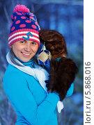 Красивая девушка в зимнем лесу позирует с рождественской игрушкой. Стоковое фото, фотограф Daniil Nikiforov / Фотобанк Лори