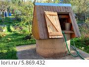 Бетонный колодец с деревянным навесом на даче. Стоковое фото, фотограф Инесса Гаварс / Фотобанк Лори