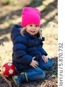 Девочка с мячиком в солнечный день (2014 год). Редакционное фото, фотограф Евгений Андреев / Фотобанк Лори