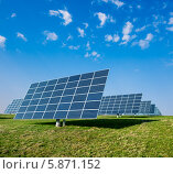 Купить «Панели солнечных батарей в поле», фото № 5871152, снято 28 декабря 2011 г. (c) Аnna Ivanova / Фотобанк Лори