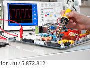 Купить «Техник проводит испытание электронного оборудования», фото № 5872812, снято 18 августа 2012 г. (c) Аnna Ivanova / Фотобанк Лори