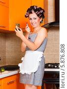 Красивая домохозяйка красит губы на кухне. Стоковое фото, фотограф Андрей Затулло / Фотобанк Лори