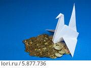 Голубь и монеты на синем фоне. Стоковое фото, фотограф Зауро Владимир / Фотобанк Лори