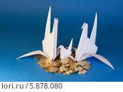 Три голубя и монеты на синем фоне. Стоковое фото, фотограф Зауро Владимир / Фотобанк Лори