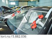 Купить «Установленное лобовое стекло на автомобиль в автосервисе», фото № 5882036, снято 9 апреля 2014 г. (c) Дмитрий Калиновский / Фотобанк Лори