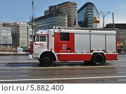 Купить «Пожарная машина идет по дороге, улица Тверская, Москва», эксклюзивное фото № 5882400, снято 7 мая 2014 г. (c) lana1501 / Фотобанк Лори
