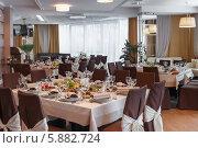 Зал ресторана с накрытыми столами. Стоковое фото, фотограф Андрей Затулло / Фотобанк Лори