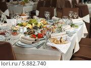 Стол в ресторане, красиво сервированный для торжественного приема, свадьбы или празднования. Стоковое фото, фотограф Андрей Затулло / Фотобанк Лори