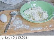 Приготовление завтрака: творог, яйцо и мука на деревянной разделочной доске. Стоковое фото, фотограф Nadyan / Фотобанк Лори