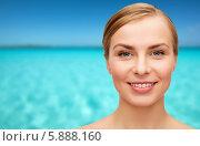 Купить «Портрет улыбающейся девушки на фоне моря», фото № 5888160, снято 5 декабря 2013 г. (c) Syda Productions / Фотобанк Лори
