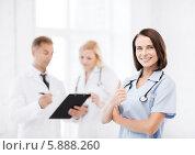 Купить «Врач-терапевт со своими коллегами в клинике», фото № 5888260, снято 6 июля 2013 г. (c) Syda Productions / Фотобанк Лори