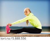 Купить «Молодая женщина делает зарядку на деревянном помосте у моря», фото № 5888556, снято 19 июня 2013 г. (c) Syda Productions / Фотобанк Лори