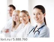 Купить «Успешная команда молодых врачей в клинике», фото № 5888760, снято 18 мая 2013 г. (c) Syda Productions / Фотобанк Лори