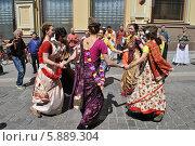 Купить «Кришнаиты танцуют на улице во время праздника День Победы,  9 Мая 2014, Кузнецкий Мост, Москва», эксклюзивное фото № 5889304, снято 9 мая 2014 г. (c) lana1501 / Фотобанк Лори