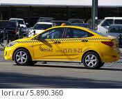 Купить «Автомобиль такси ждет пассажиров на улице Баррикадной, Москва», эксклюзивное фото № 5890360, снято 9 мая 2014 г. (c) lana1501 / Фотобанк Лори