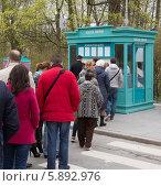 Купить «Очередь в кассу за билетами в парк», фото № 5892976, снято 1 мая 2014 г. (c) Александр Фрейдин / Фотобанк Лори