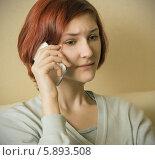 Девушка разговаривает по мобильному телефону. Стоковое фото, фотограф Елена Медведева / Фотобанк Лори